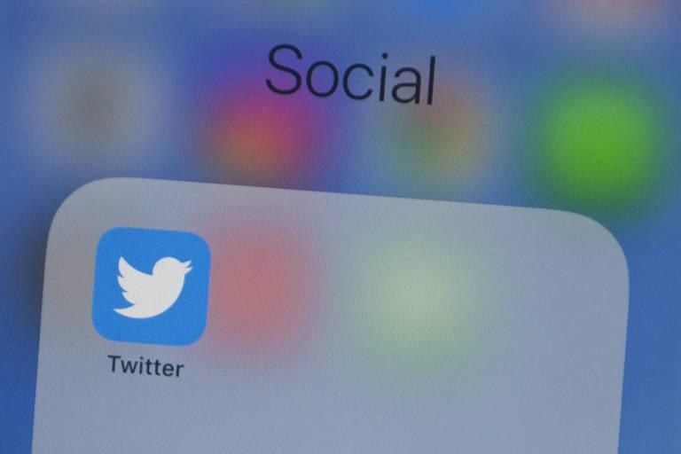 Na foto, o logo do aplicativo do Twitter aparece em uma tela de celular