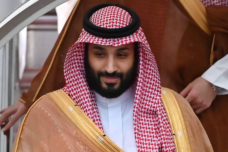 O príncipe herdeiro da Arábia Saudita é visto, com roupas características árabes