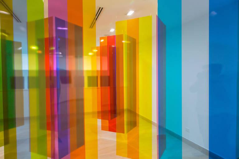 Instalações de Carlos Cruz-Diez inundam salas de cor
