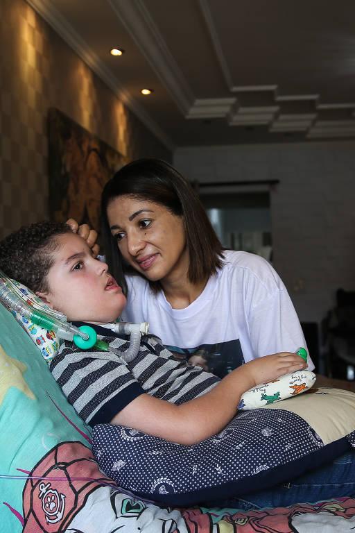 Gianlucca Trevellin, 7 anos, e a mãe Cátia Trevellin, 43. Ele tem AME (Atrofia Muscular Espinhal). Graças a uma ação judicial, utiliza gratuitamente o medicamento Spinraza