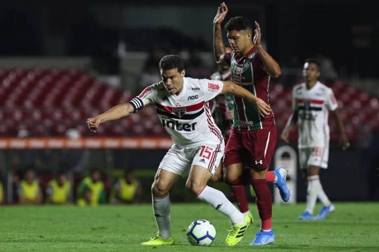 Hernanes tenta se livrar da marcação de rival do Fluminense no duelo pelo Campeonato Brasileiro, no Morumbi