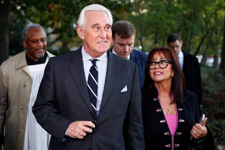 Roger Stone e sua esposa, Nydia Stone, chegam à audiência do processo contra ele em Washington, nos EUA