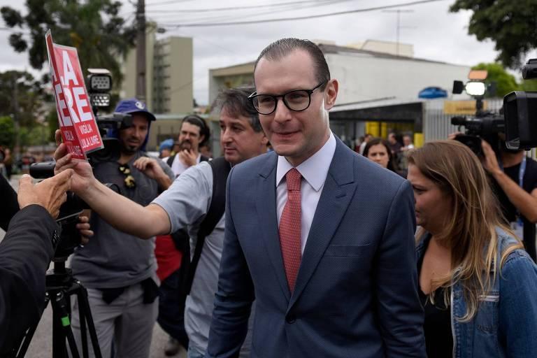 Cristiano Zanin, advogado de Lula, ao chegar à PF em Curitiba nesta sexta-feira (8)
