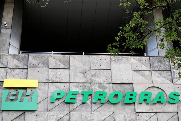 Na foto, o logo da Petrobras aparece nas cores verde e amarelo em uma das paredes do prédio da estatal no Rio de Janeiro.