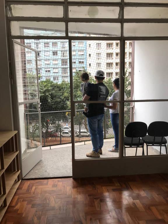 Família em apartamento reformado no centro de SP pelo movimento 'Fica'; valor do aluguel é de R$ 633