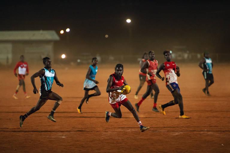 O futebol do mato, que reúne diversas vilas em festival de cultura no deserto australiano