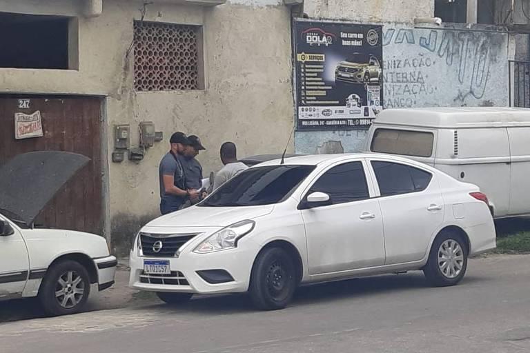 Policiais visitam local onde mora o porteiro, na zona oeste do Rio, para intimá-lo a prestar depoimento; Alberto não aparece na imagem