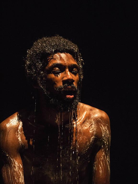 homem com rosto molhado