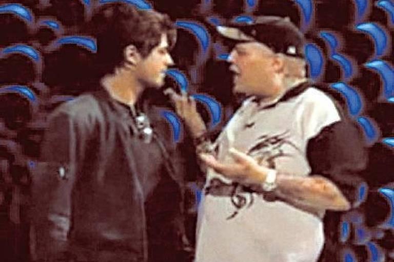 O apresentador João Gordo e o ator Dado Dolabella discutem durante gravação de programa da MTV, em 2006