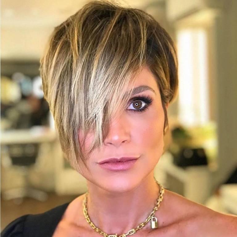 Flávia Alessandra mostra o novo corte de cabelo
