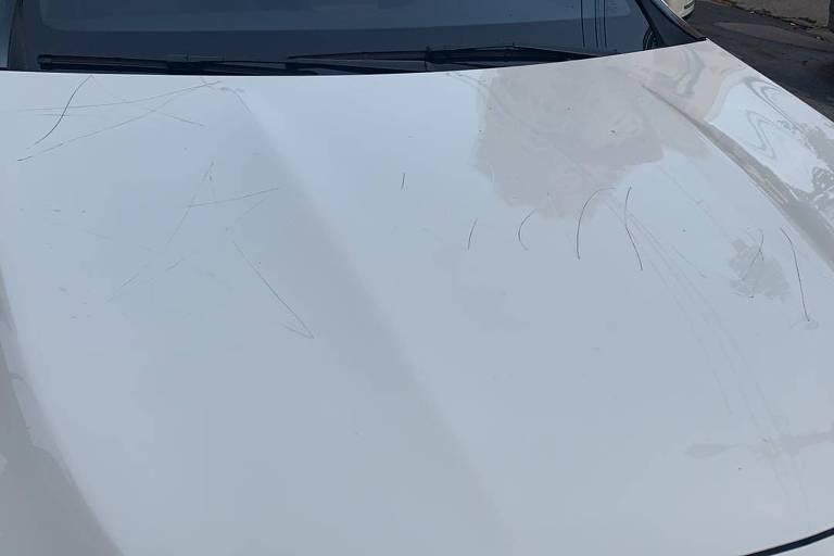 Capô de Mercedes vandalizada em Pinheiros