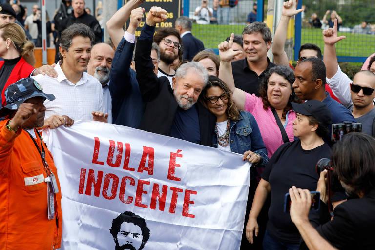 Lula após ser solto da prisão em Curitiba nesta sexta-feira (8)