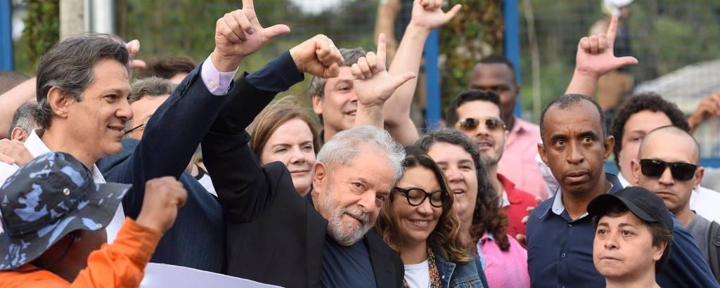 Lula deixa a carceragem da Polícia Federal cercado por multidão em Curitiba