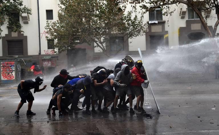 Manifestantes entram em confronto com a polícia, em Santiago; veja fotos de hoje