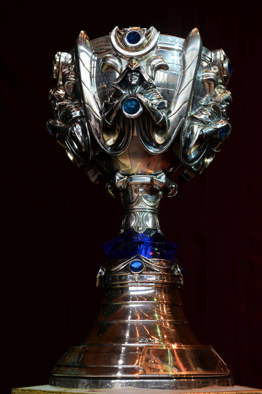 "Troféu da final do campeonato mundial de ""League of Legends"" em Paris"