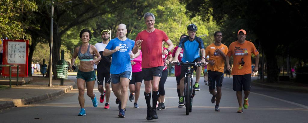 José Roberto, 66, ao centro, corre três vezes por semana junto com um grupo de amigos