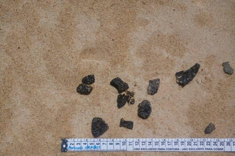 Fragmentos de óleo encontrados na praia de Guriri, no município de São Mateus, no Espírito Santo