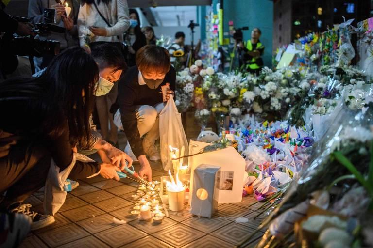 Vigília à luz de vela em homenagem ao estudante Alex Chow, morto após cair de prédio