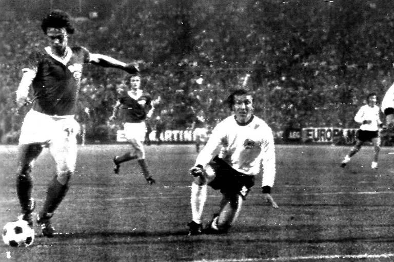 Sparwasser chuta para marcar o gol da vitória dos alemães orientais sobre a Alemanha Ocidental no Mundial de 1974