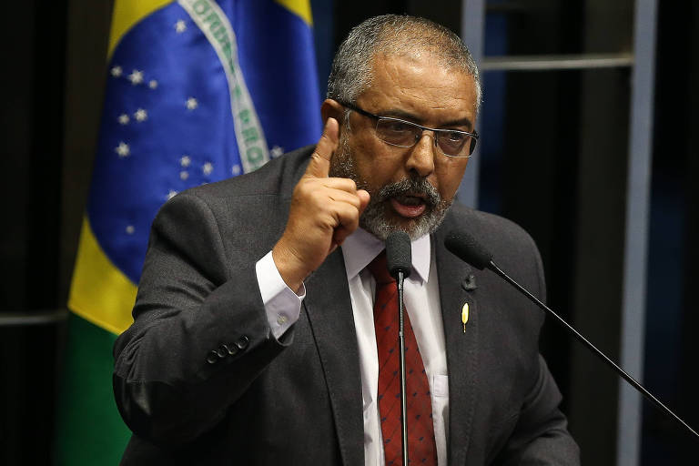 Senador Paulo Paim participa da sessão do Senado Federal