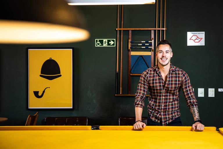 O economista Felipe Tocalino na sala de jogos do condomínio em que mora, o Parkway Panamby, na zona sul de São Paulo