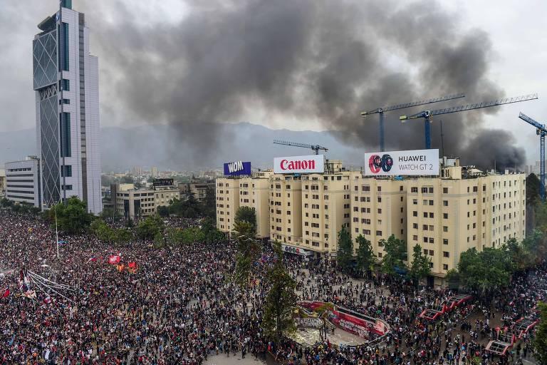 Universidade pega fogo durante protestos massivos no Chile