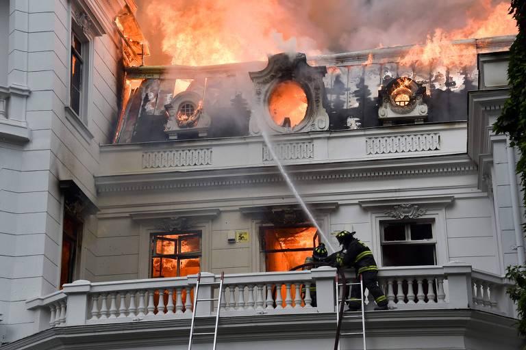Incêndio no prédio da universidade Pedro de Valdivia; fogo começou com barricadas de manifestantes mascarados durante confronto com a polícia