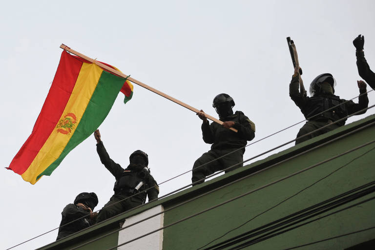 Policiais rebelados hasteiam bandeira em quartel de Cochabamba