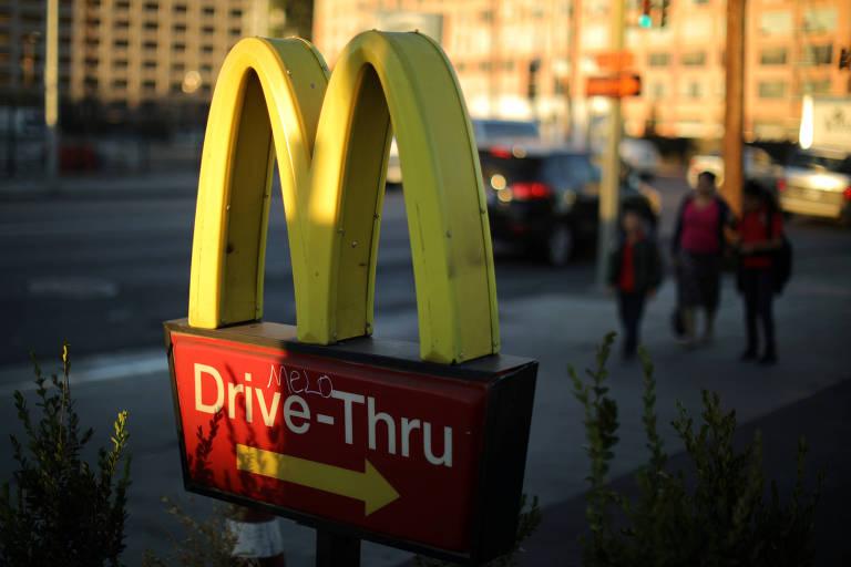 Logo do McDonald's em restaurante da rede em Los Angeles
