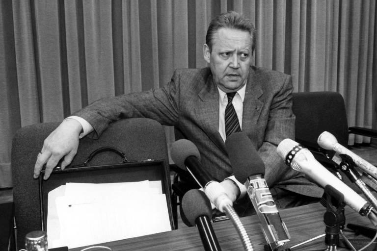 Günter Schabowski, porta-voz do Politburo da Alemanha Oriental, em entrevista coletiva que entrou para história