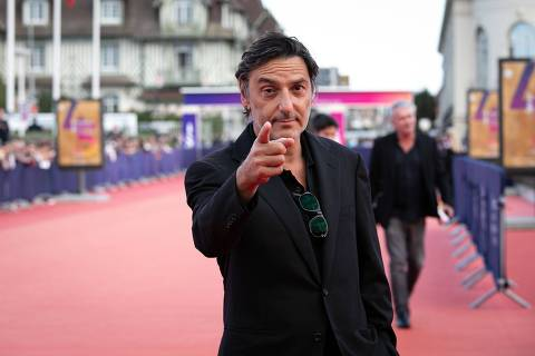 French actor Yvan Attal poses on the red carpet prior to an award ceremony during the 45th US Film Festival in Deauville, Normandy, on September 13, 2019. (Photo by Lou BENOIST / AFP)