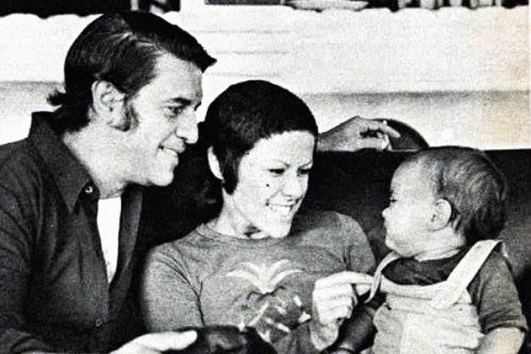 O compositor Ronaldo Bôscoli e a cantora Elis Regina, com o filho João Marcello Bôscoli
