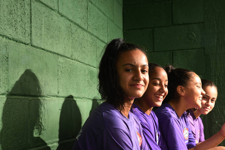 Icyla, Mariana, Lorenza e Carolina, jogadoras do time de futebol feminino sub-13 do Centro Olímpico, na Vila Clementino, zona sul da capital paulista