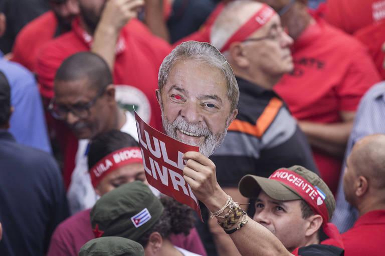 Militantes acompanham discurso do ex-presidente Lula na sede do Sindicato dos Metalúrgicos do ABC, em São Bernardo do Campo