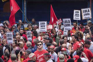 Curiosos e militantes aguardam chegada de Lula no  Sindicato dos Metalurgicos em Sao Bernardo do Campo