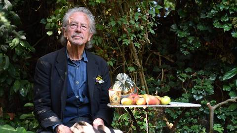 TOPSHOT - Austrian writer Peter Handke poses in Chaville, in the Paris surburbs, on October 10, 2019 after he was awarded with the 2019 Nobel Literature Prize. - Austrian Peter Handke, one of the most original German-language writers alive, who once used his famously sharp tongue to call for the Nobel Prize in Literature to be abolished, was awarded with the 2019 Nobel Literature Prize on October 10. The prize brings its winner