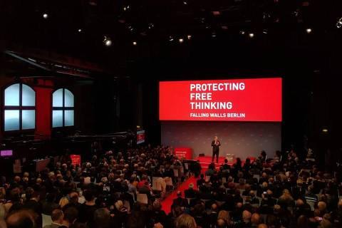 Sebastian Turner, um dos fundadores da conferência científica Falling Walls, discursa no sábado (9), em Berlim