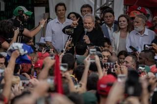 Lula discursa após deixar a prisão na sede da PF de Curitiba (PR)