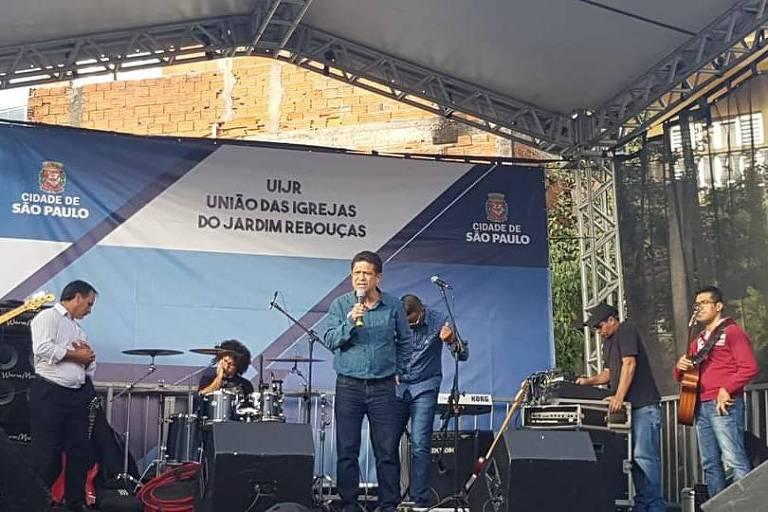 Vereador Isac Felix durante evento público relacionado a igrejas