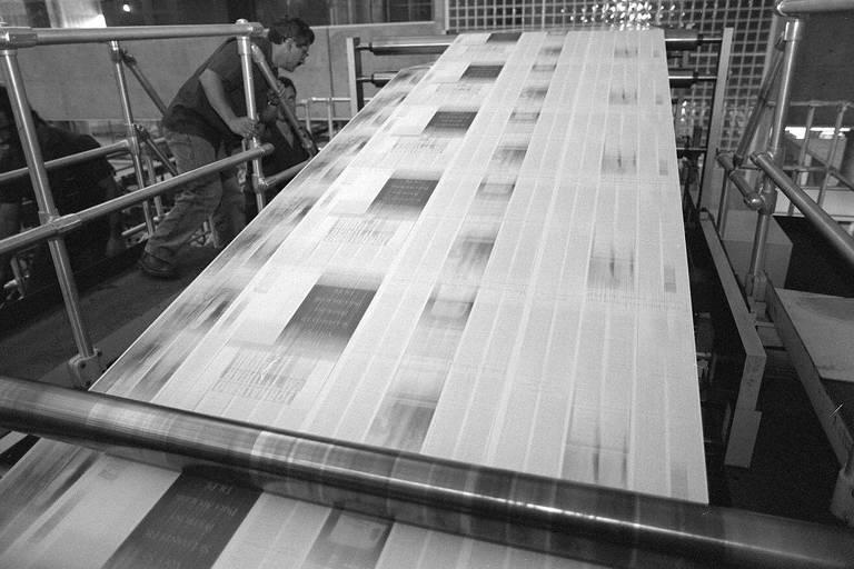 Jornal sendo rodado em rotativa do Centro Tecnológico Gráfico-Folha, em Tamboré (SP)