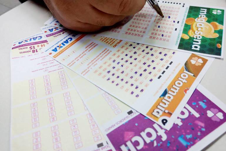 Apostador preenche o volante da Mega-Sena em lotérica da região central de SP
