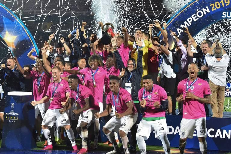 Jogadores do Independiente del Valle comemoram com a taça de campeão da Copa Sul-Americana