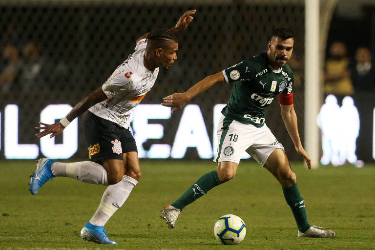Bruno Henrique (à dir.), do Palmeiras, disputa bola com Júnior Urso, do Corinthians, no clássico disputado no Pacaembu