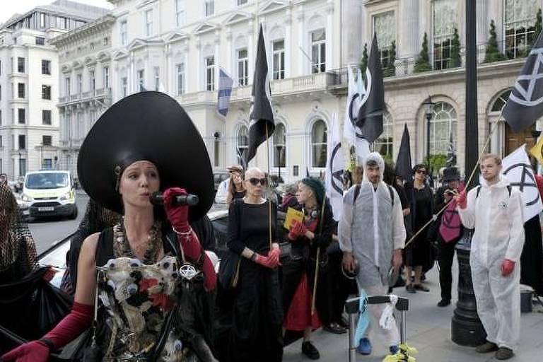 Ativistas protestando