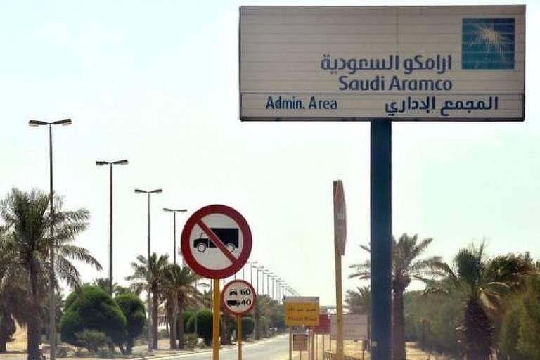 Avenida na Arábia Saudita com placa escrita em árabe