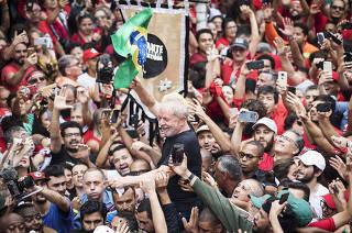 Lula é carregado por militantes até a porta do Sindicato dos Metalúrgicos, em São Bernardo