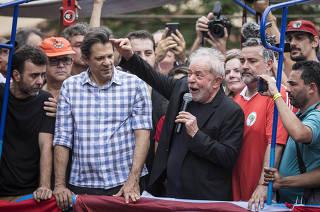 Ex Presidente Lula discursa  no  caminhao de som em frente ao Sindicato dos Metalurgicos (em Sao Bernardo do Campo)