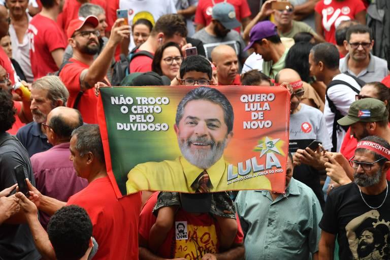 Apoiadores do ex-presidente Lula se reúnem para ouvi-lo na sede do Sindicato dos Metalúrgicos de São Bernardo do Campo (SP)