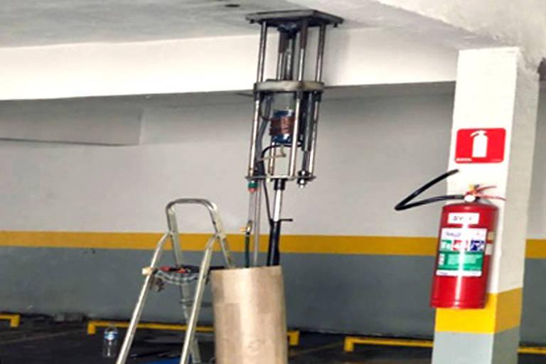 Espécie de furadeira gigante foi utilizada por dois homens na tentativa de invadir uma agência bancária pelo teto do estacionamento