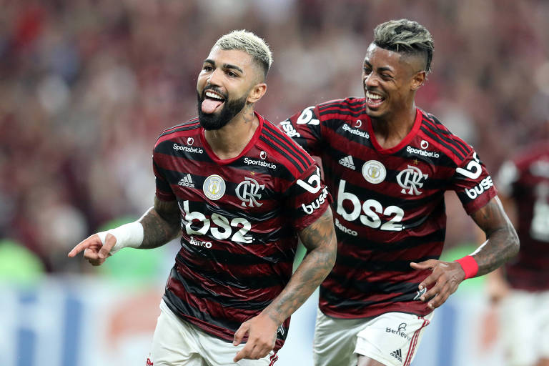 Gabriel (à esq.) comemora com Bruno Henrique o terceiro gol do Flamengo sobre o Bahia